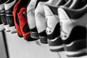 Différentes paires de chaussures de sport